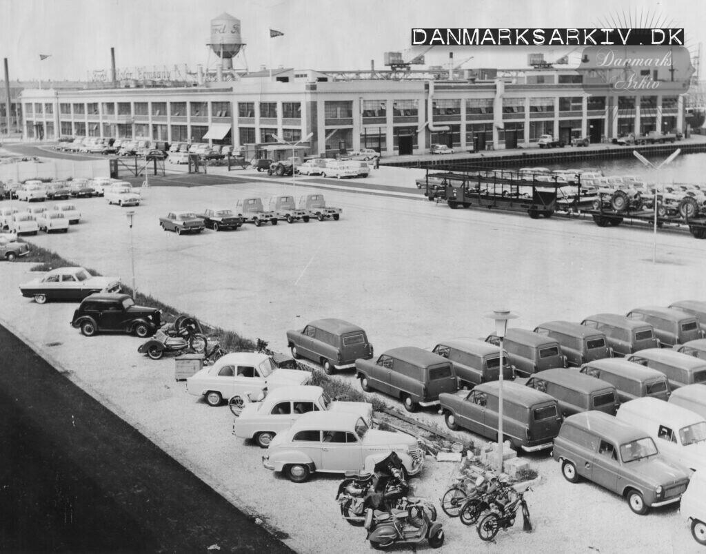 Færdige biler foran Fords fabrik i Sydhavnen - ca 1957
