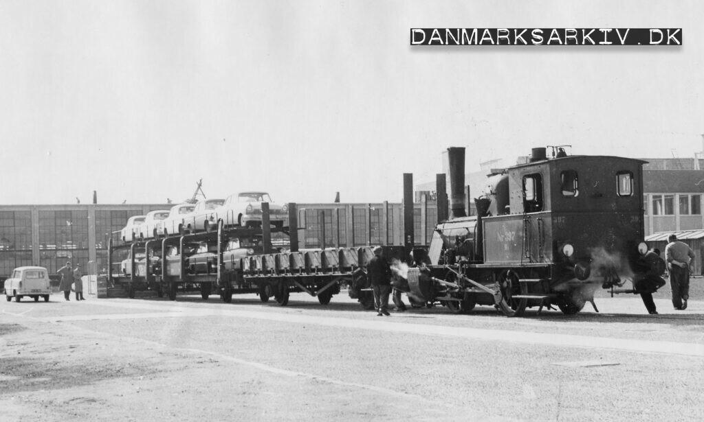 Færdige biler transporteres med tog fra Fords fabrik i Sydhavnen - ca 1957