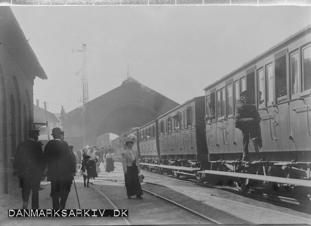 Toget afgår fra Københavns anden Hovedbanegård - ca 1900