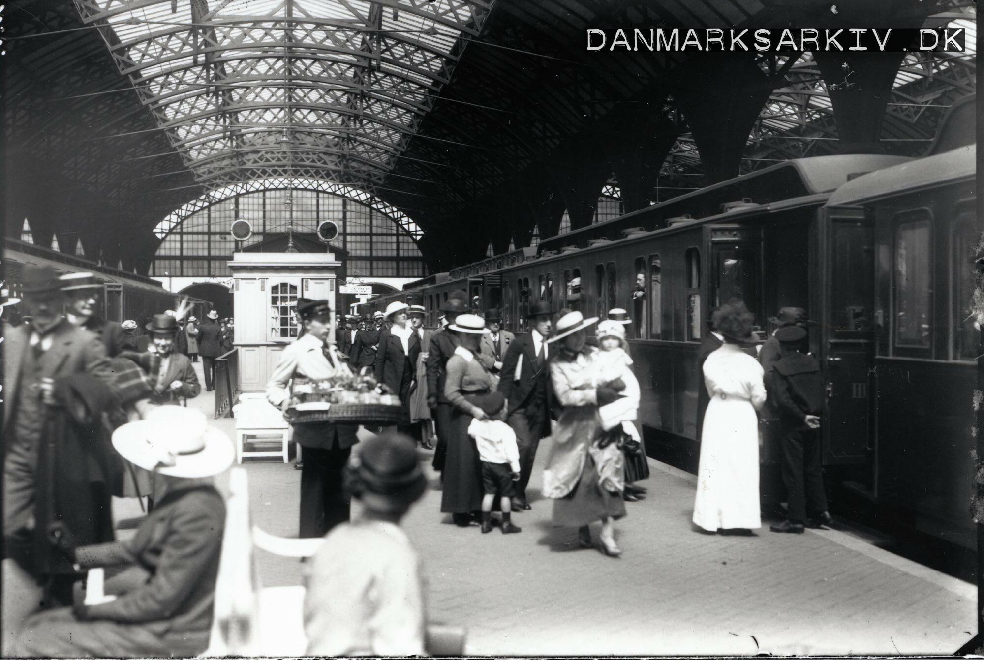 Jyllandsekspressen afgår fra Københavns Hovedbanegård - Juli 1916