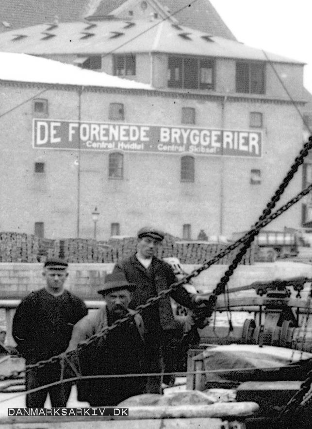 Arbejdere etablerer Amagerboulevard med De Forenede Bryggeriers lager i baggrunden - 1909
