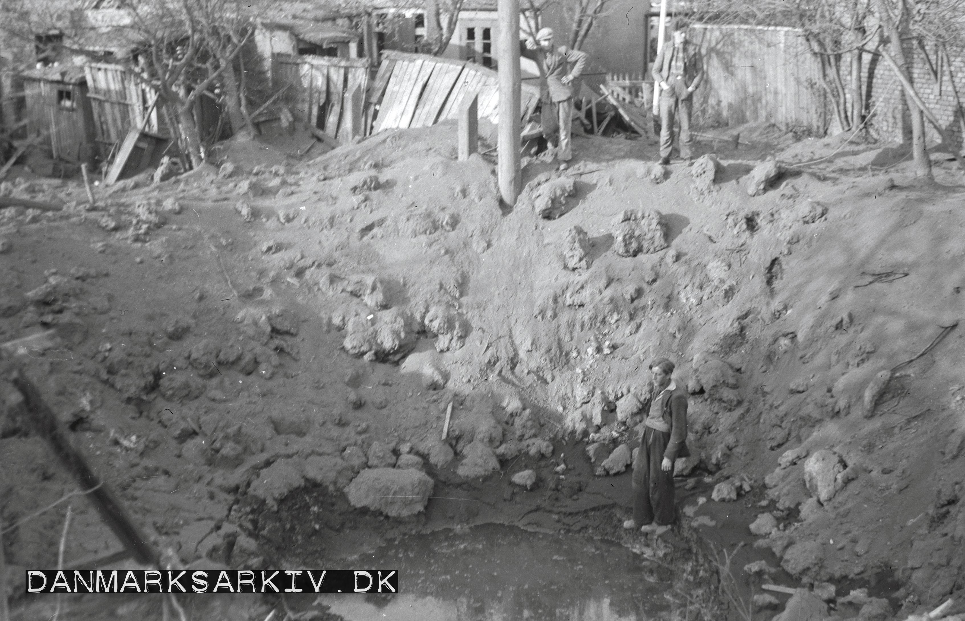 Bombekrater efter de sovjetiske styrkers bombardement af Rønne i 1945