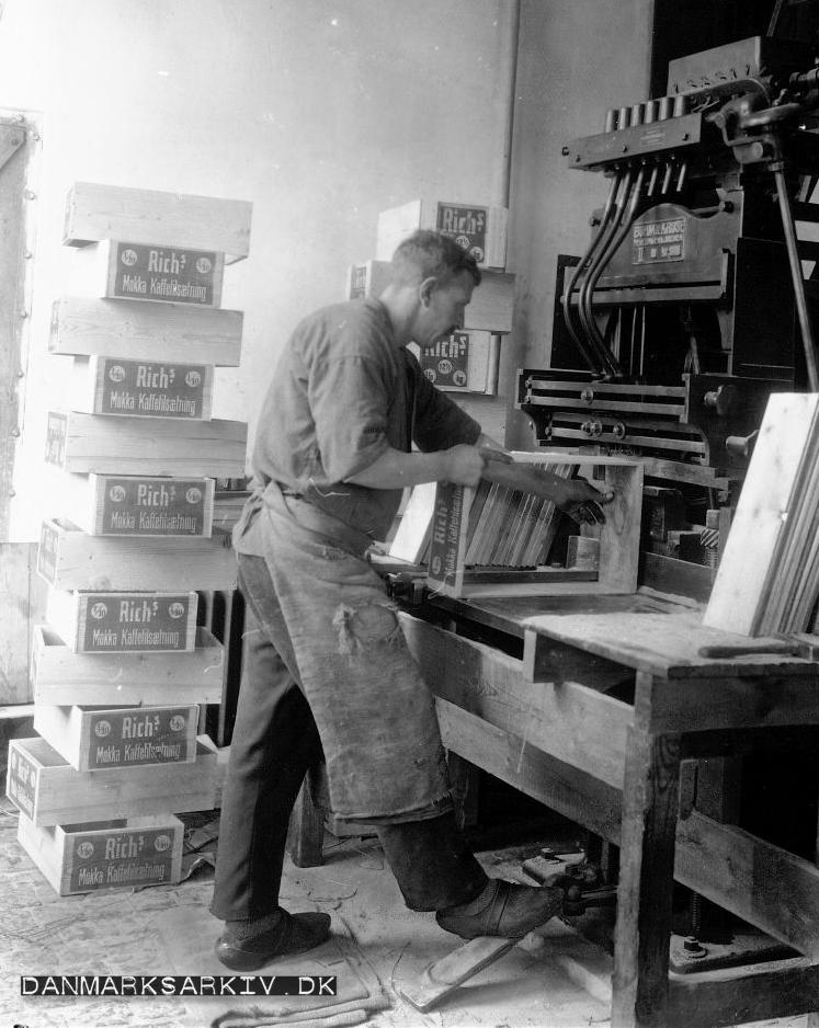Der fremstilles kasser til Rich's på De Danske Cikoriefabrikkers værksted - 1927
