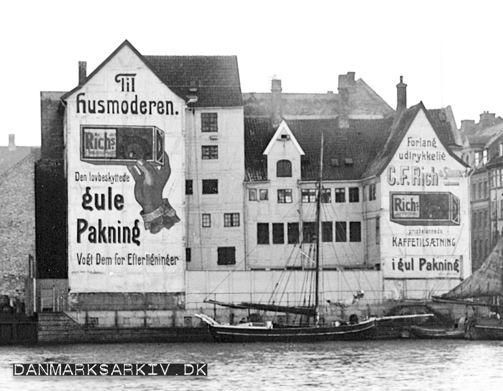 Store gavlreklamer for Rich's kaffe erstatning ved siden af Knippelsbro - København 1911