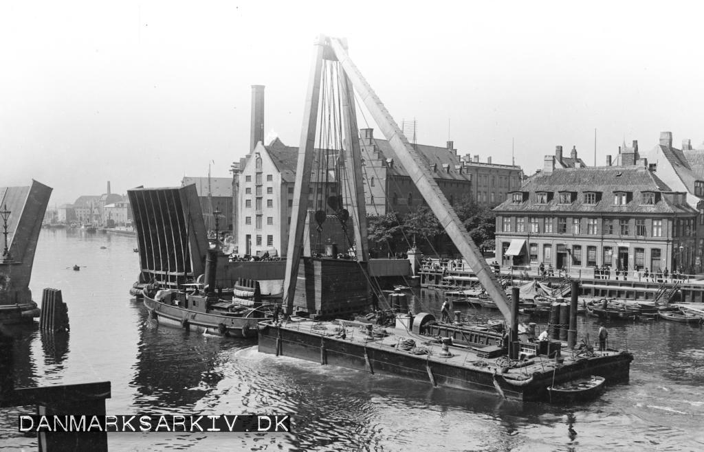 Købehavns store dampkran bugseres gennem den åbne Knippelsbro