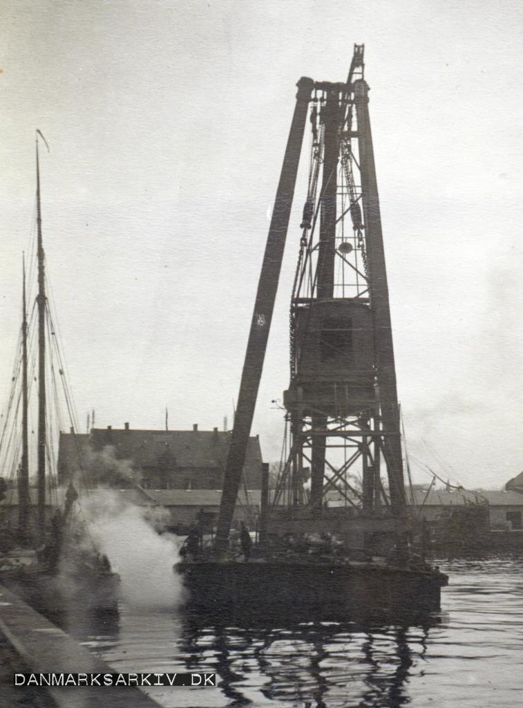 Dampkranen transporterer en landkran i Københavns Frihavn - April 1908