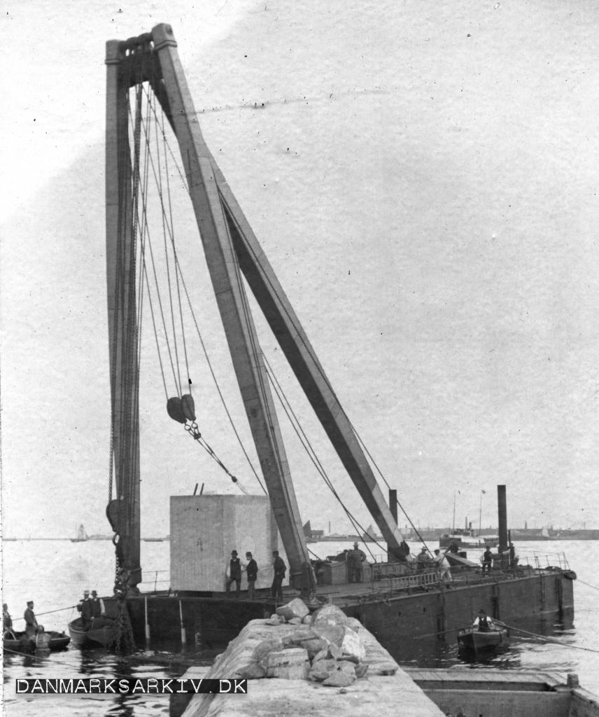 Dampkranen anvendes til at bygge moler - 18. august 1893