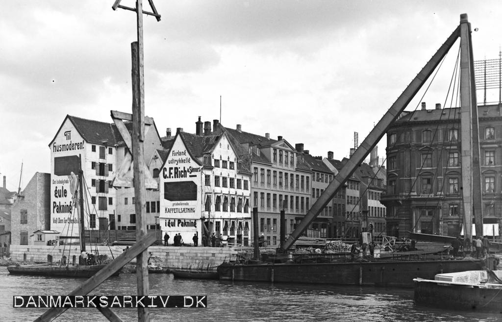Dampkranen løfter jerndragere på plads ved den nye Knippelsbro - 1907