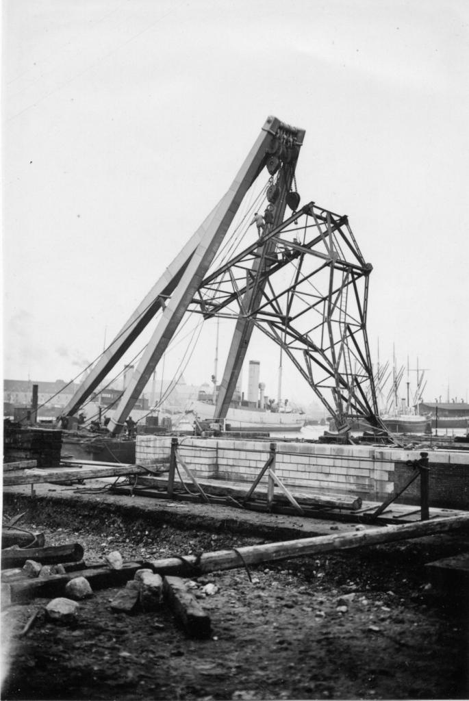 Dampkranen løfter en større stålgitter konstruktion på Orlogsværftet
